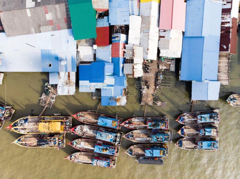 Satellietbeeld in vissersdorp stock foto