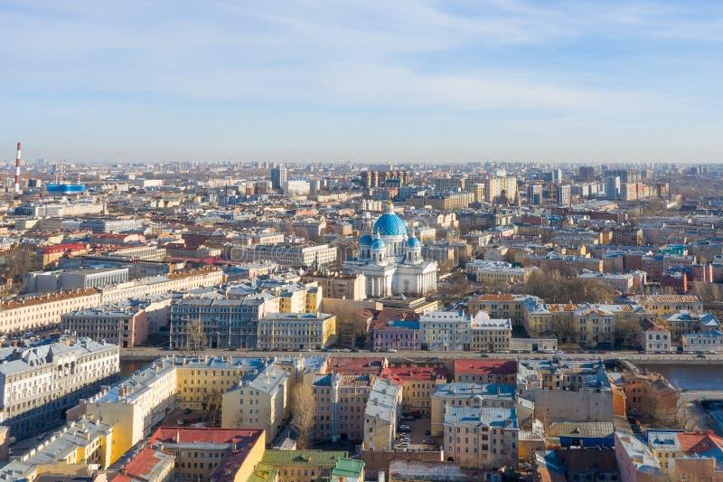 Satellietbeelddaken van oude huizen in het centrum van St. Petersburg, de Kathedraal van de Kerkdrievuldigheid royalty-vrije stock foto