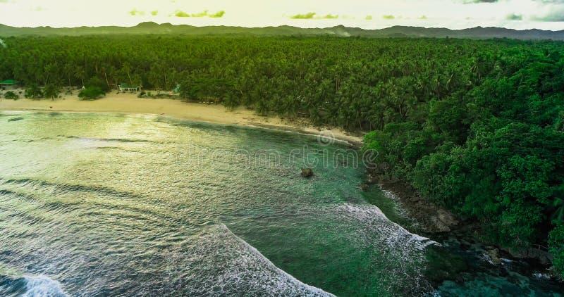 Satellietbeeldzonsondergang van Siargao-Eiland en de Tropische Stille Oceaan Mening van hommel stock foto