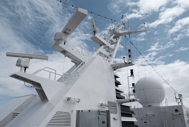 Satellietcommunicatieantenne op de bovenkant van groot passagiersschip royalty-vrije stock afbeelding