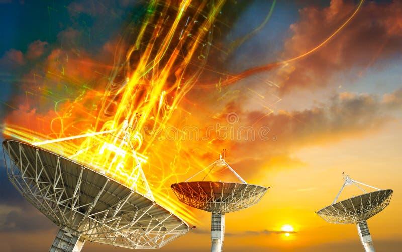 Satellietschotel die gegevenssignaal voor mededeling ontvangen stock foto's