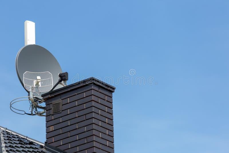 Satellietschotel en radio en draadloze Internet-antenne de van TV, royalty-vrije stock foto