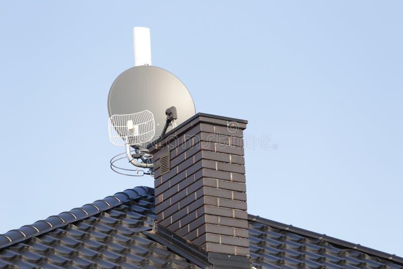 Satellietschotel en radio en draadloze Internet-antenne de van TV, royalty-vrije stock fotografie