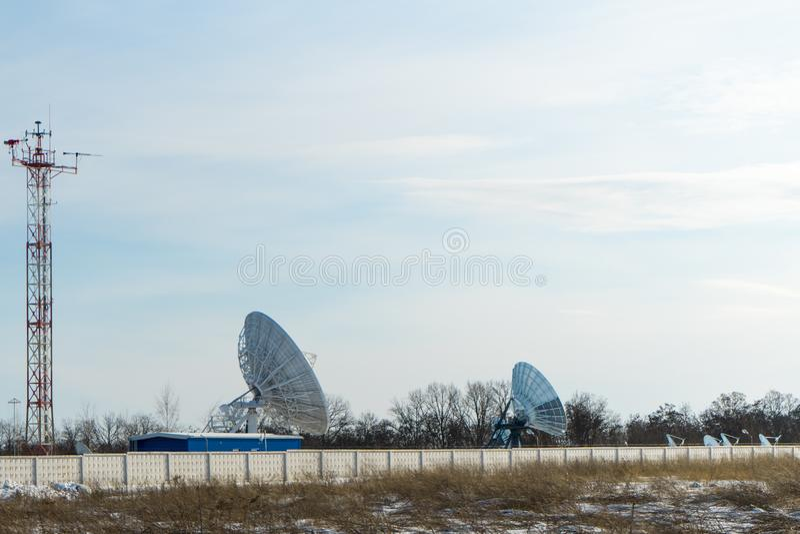 Satellietschotel grote grootte Een belangrijke Internet-leverancier stock fotografie