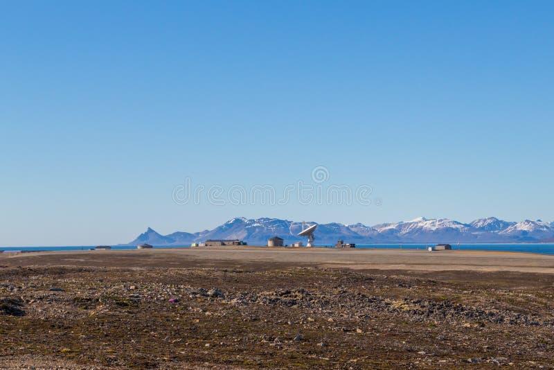 Satellietschotel in Ny Alesund, Svalbard, Spitsbergen, blauwe hemel, m royalty-vrije stock fotografie