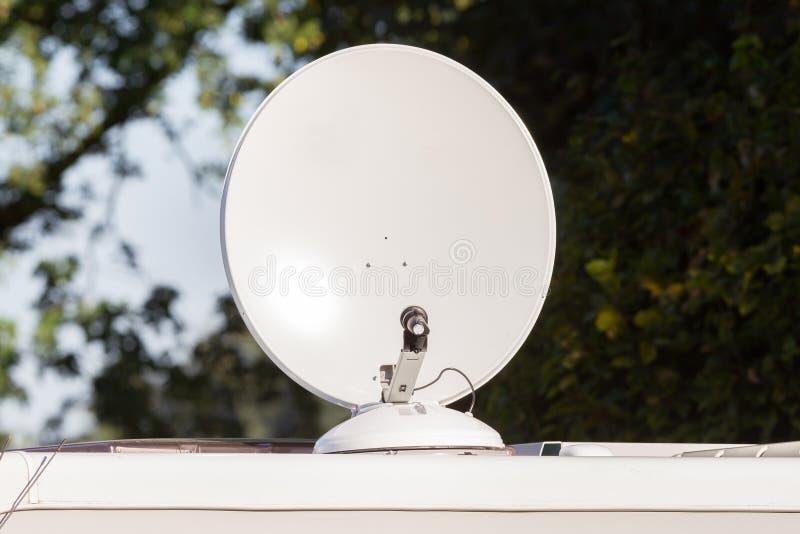Satellietschotel op dak van kampeerautobestelwagen stock afbeeldingen