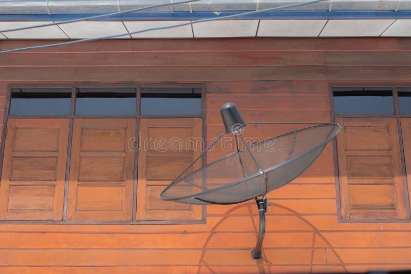 Satellietschotel op muur met venster royalty-vrije stock foto