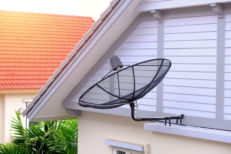 Satellietschotel opgezet op de muur van een privé huis royalty-vrije stock afbeeldingen