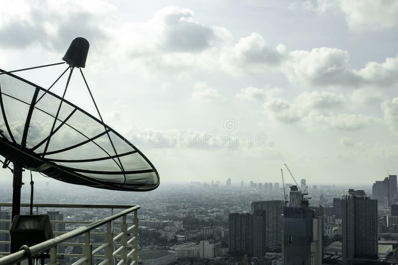 Satellietschotels op het balkon van het lange gebouw in Bangkok in Thailand royalty-vrije stock foto's