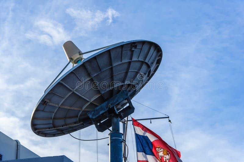 Satellietschotelsantenne stock afbeeldingen