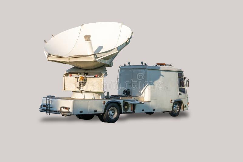 Satellietschottenwagen voor rechtstreekse uitzending, geïsoleerd op witte achtergrond stock afbeelding