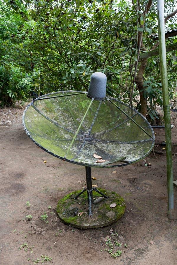 Satelliettv met groen mos stock afbeelding