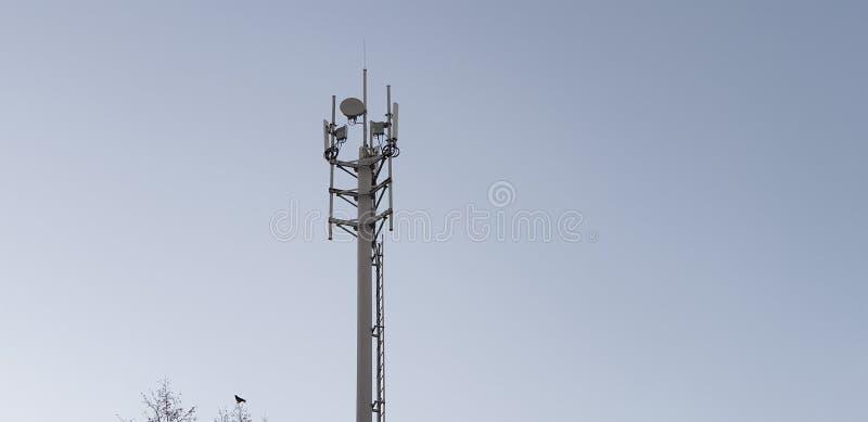 Satelliettv-Toren voor mededeling stock afbeeldingen