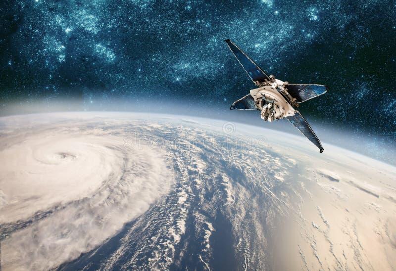 Satellit- övervakning för utrymme från jordens omloppsbanaväder från utrymme, orkan, tyfon på planetjord royaltyfri bild