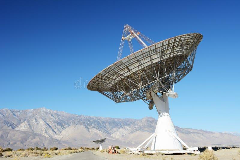Satellit- disk i öken/klar blå himmel royaltyfria bilder