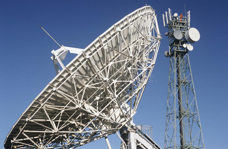 Satellit- maträtt för telekommunikationer och kommunikationstorn royaltyfri foto