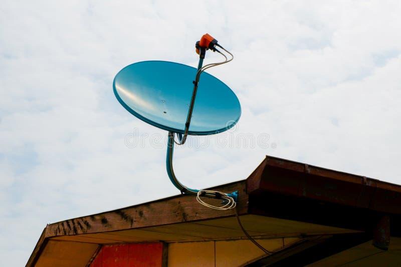 Satellit- maträtt för tv royaltyfria foton