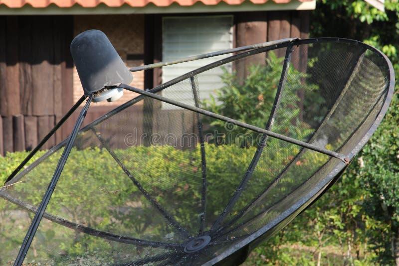 Satellit- maträtt och TVantenn arkivfoto