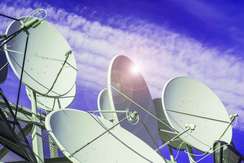 Satellit- maträtt på bakgrund för blå himmel arkivbilder