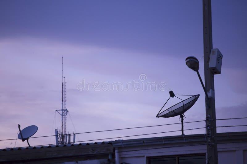 Satellit- maträtt på taket fotografering för bildbyråer