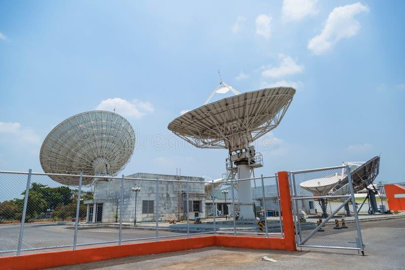 Satellit på jordstationen royaltyfri bild