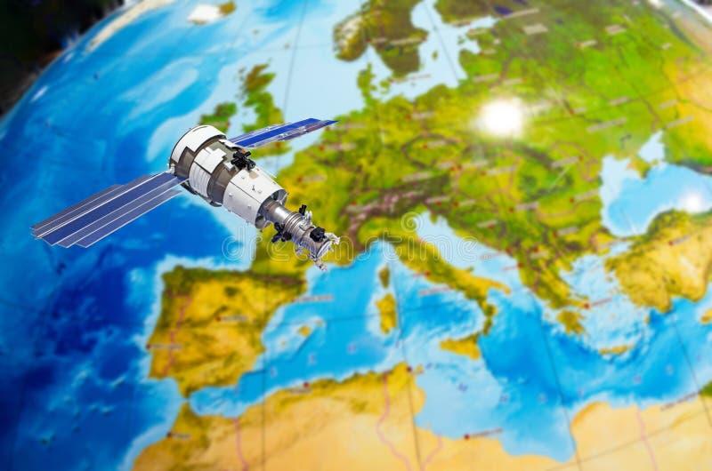 Satellit- spårningkommunikationer i utrymme över återhållsamma Europa arkivfoton