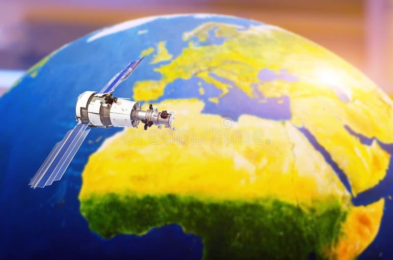 Satellit- spårningkommunikationer i utrymme över återhållsamma Europa royaltyfri illustrationer