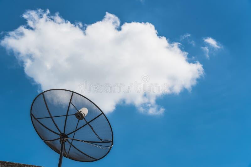 Satellite avec des nuages et bluesky images stock