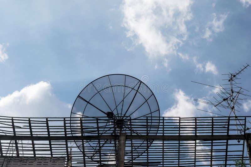 Satellite in cielo blu fotografia stock libera da diritti