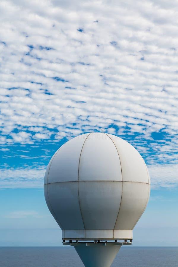 Satellite de bateau sous des nuages photo stock