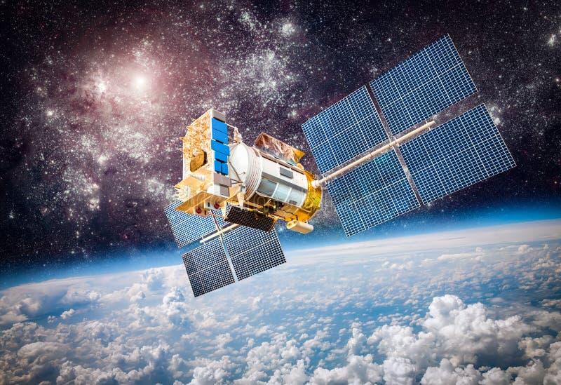 Satellite de l'espace au-dessus de la terre de planète image libre de droits
