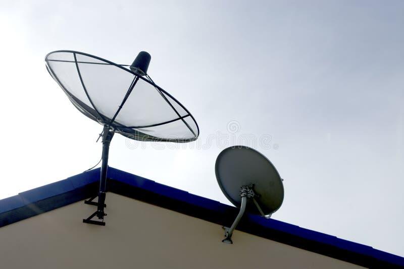 Satellite sul tetto fotografia stock libera da diritti