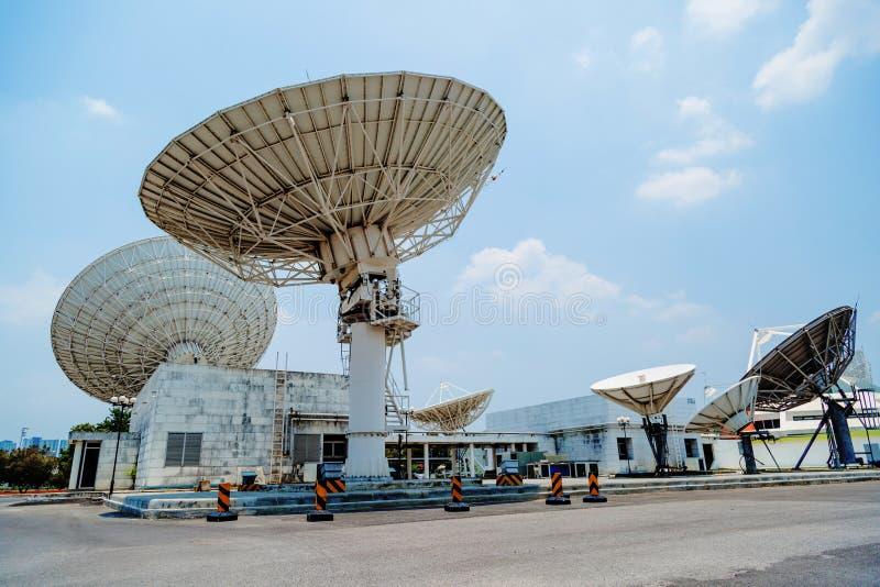 Satellite sulla stazione a terra immagine stock