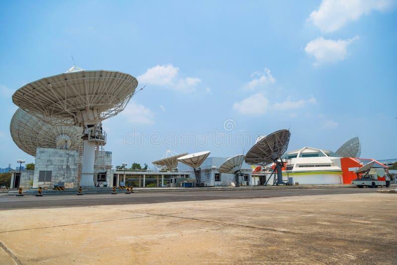 Satellite sulla stazione a terra fotografia stock