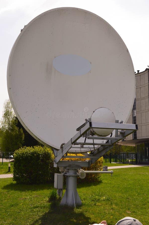 Satellitenantenne gegen blauen Himmel lizenzfreies stockbild