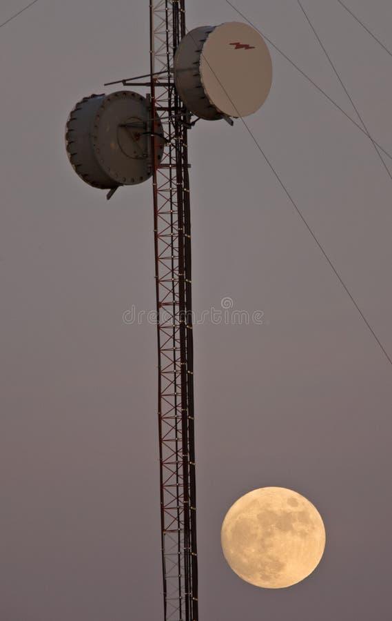 Satellitenkontrollturm und Vollmond lizenzfreies stockbild