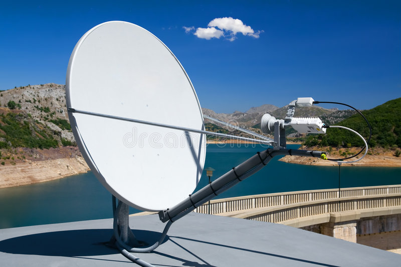 Satellitenschüssel lizenzfreie stockfotos