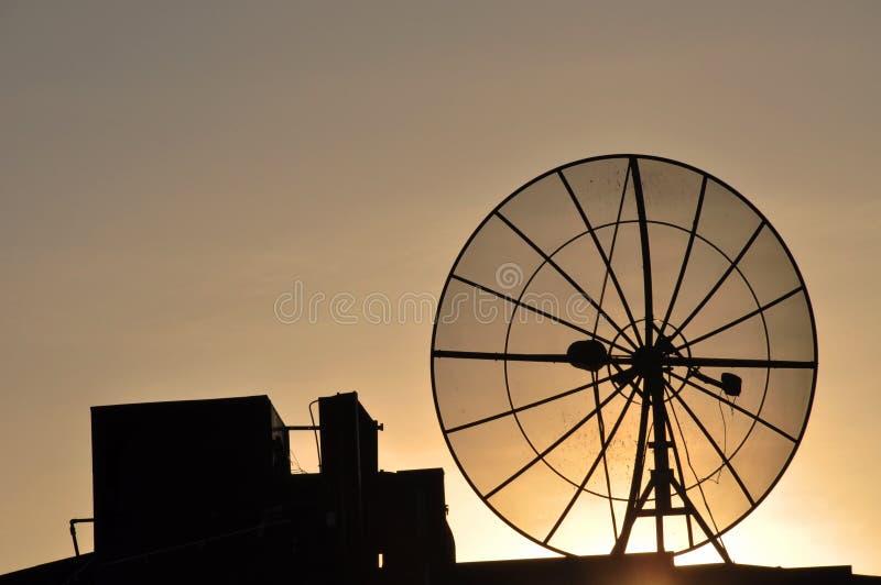 Satellitenschüssel auf einem Dach lizenzfreie stockfotografie