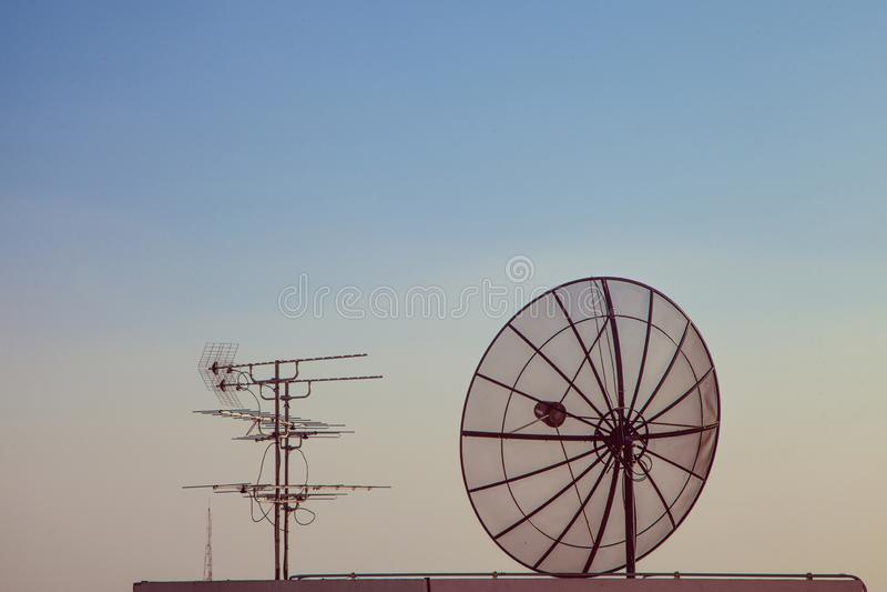 Satellitenschüssel mit altem TV-Gerät lizenzfreies stockfoto