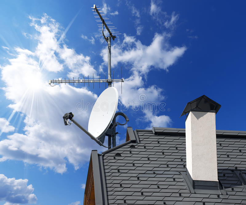 Satellitenschüssel und Antenne Fernsehen auf blauem Himmel stockfotos