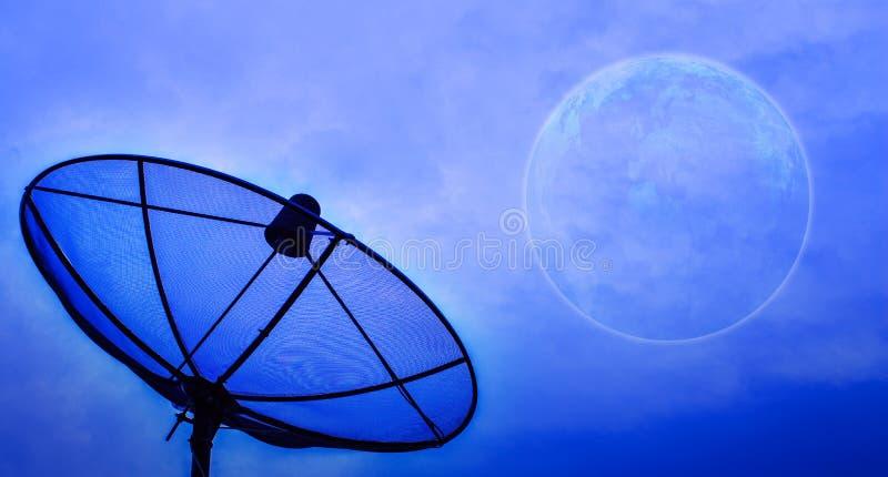 Satellitenschüssel unter Mondnächtlichem himmel stockfoto