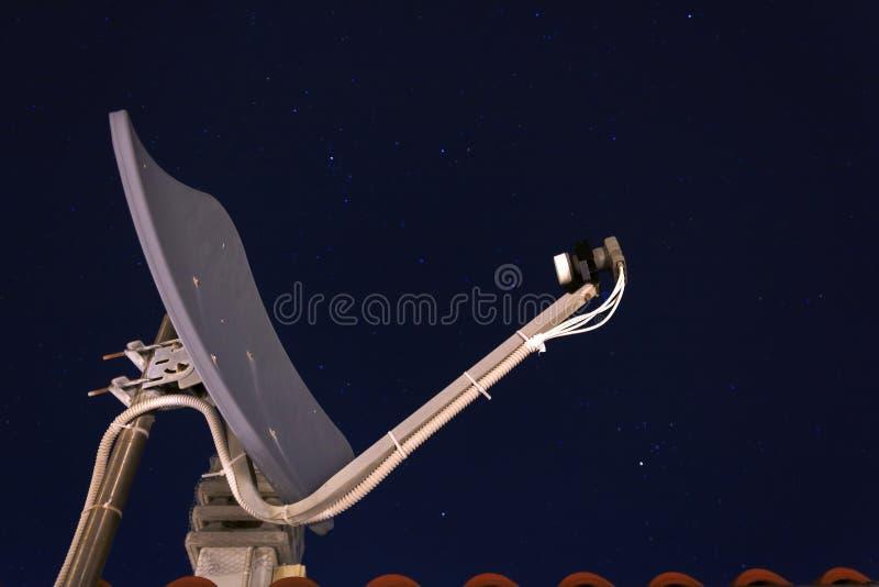 Satellitenschüsselempfänger ina ein die Hauptrolle gespielte Nacht lizenzfreies stockfoto