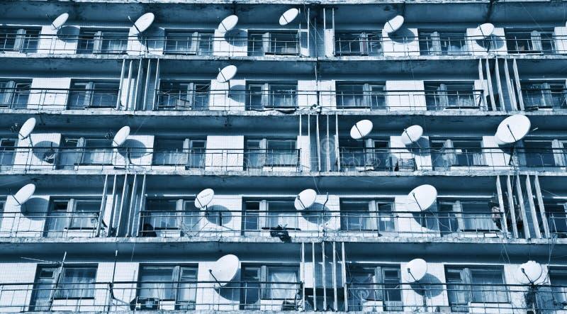 Satellitenschüsseln auf Balkonen lizenzfreie stockfotos