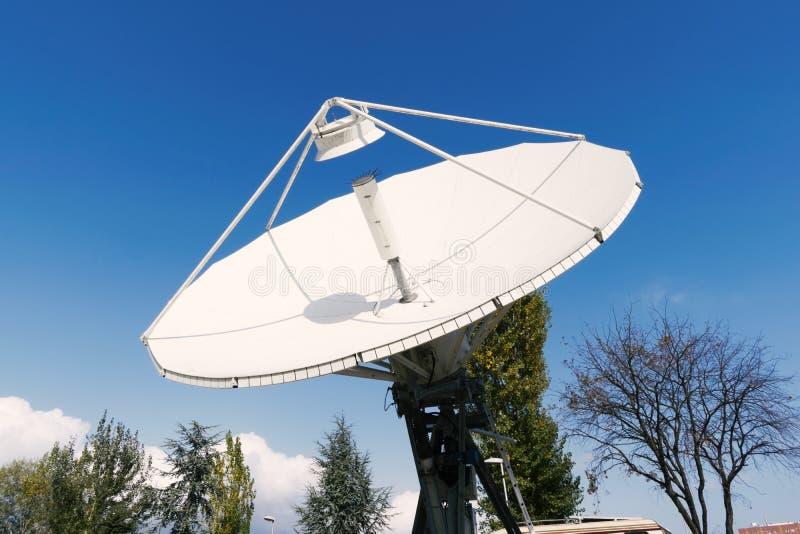 SatellitenVorderansicht der bodenstation stockfotografie