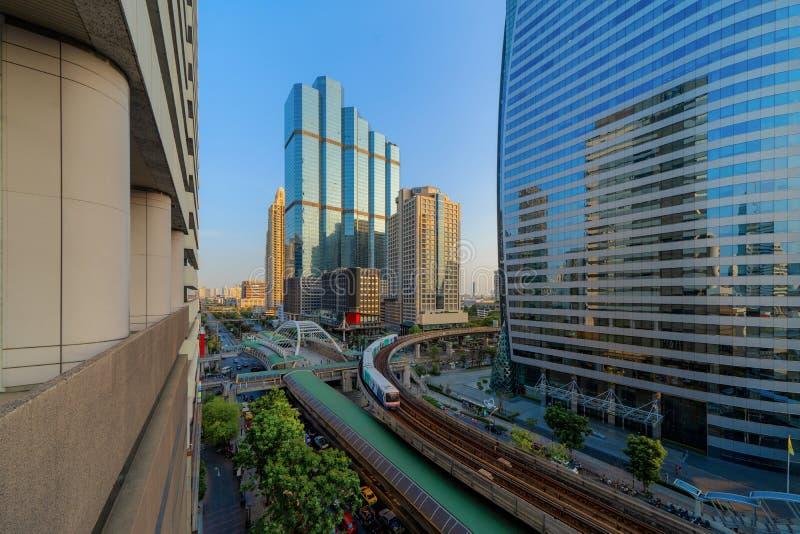 Sathorn交叉点或连接点与汽车通行,曼谷街市,泰国 o 聪明都市 免版税库存照片