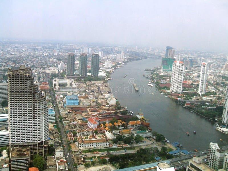 Sathorn独特的塔, Wat Yannawa,晁Phraya银行鸟瞰图在曼谷市,泰国,亚洲 免版税库存照片