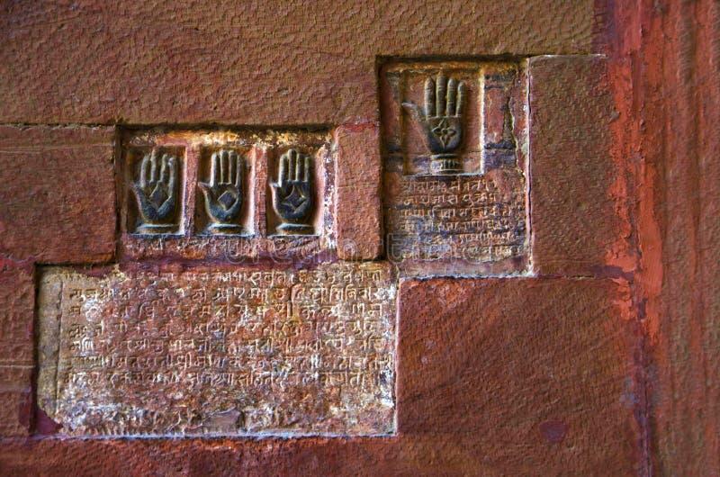 Sati Pratha, Palmeneindrücke der königlichen Königinnen am Eingang von Junagarh-Fort, Bikaner, Rajasthan, Indien lizenzfreie stockfotos