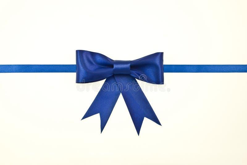 satin bleu de bande de cadeau de proue photographie stock libre de droits