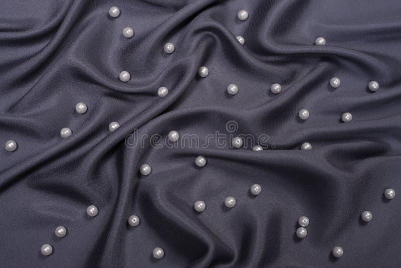 Satin noir avec des perles photo stock