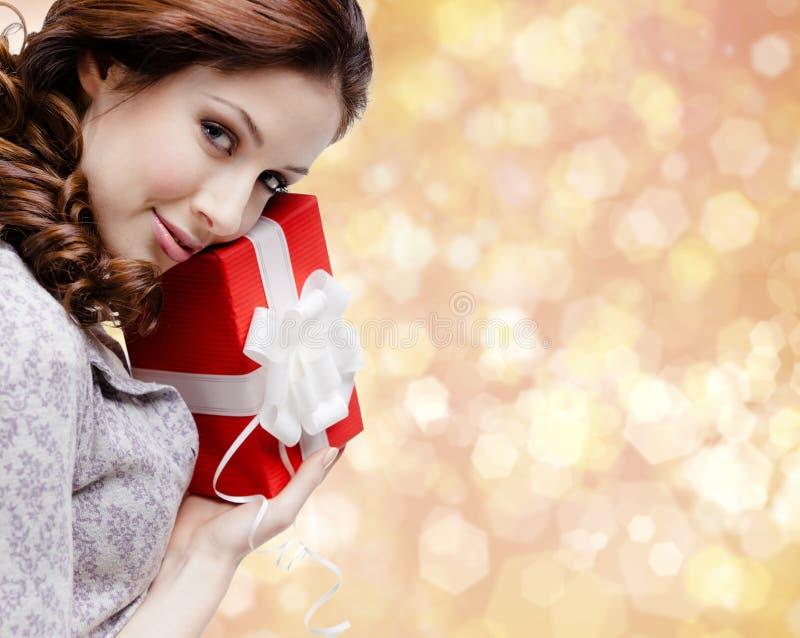 Satisfacen a la mujer joven con un regalo de la Navidad imágenes de archivo libres de regalías